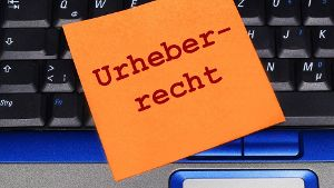 Notizzettel auf Laptop Urheberrecht *** Sticky note on laptop copyright Copyright xKTHx ALLF830845