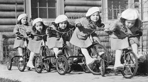 The Dionne Quintuplets prepared to race on their tricycles Canada Copyright Topfoto PUBLICATIONxI (Quelle: imago/United Archives)