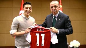 Turkish President Erdogan meets with Arsenal's soccer player Ozil in London (Quelle: Reuters)