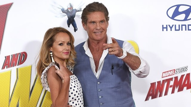 "Leute: David Hasselhoff heiratet Freundin in Italien. David Hasselhoff und Hayley Robert bei der Premiere von ""Ant-Man and the Wasp"" in Los Angeles."