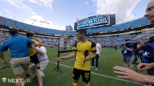BVB-Star Christian Pulisic verteidigt kleinen Fan vor der Security (Screenshot: NextVR)
