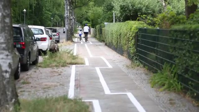 Berlins Gaga-Radweg in Zehlendorf (Screenshot: dpa)