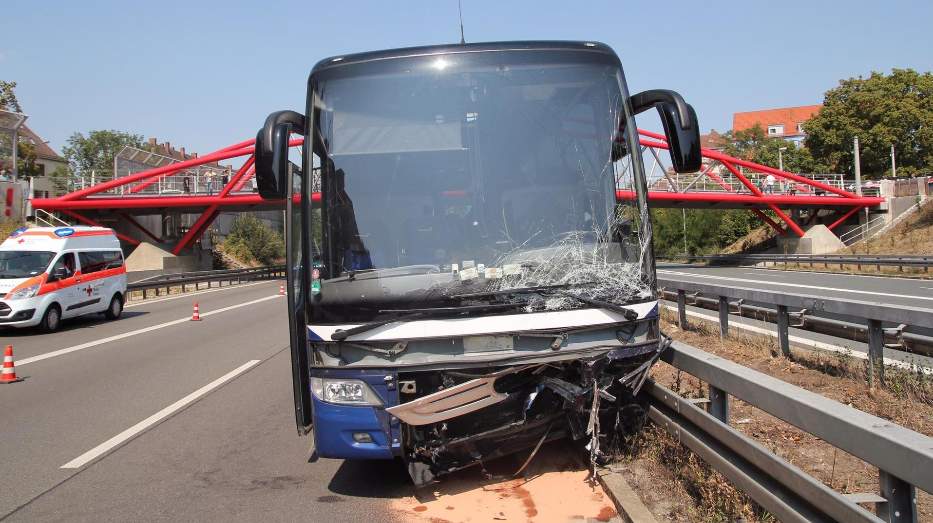 unfall auf a73 in n rnberg geisterfahrerin rast in bus mit jugendmannschaft. Black Bedroom Furniture Sets. Home Design Ideas