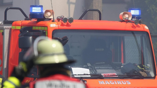 , Firefighter for a fire engine with blue lights: in Hamburg police and fire brigade arrived after a passerby discovered a suspicious object at a bus stop. (Source: image)