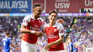 Pierre Emerick Aubameyang of Arsenal celebrates scoring his side s second goal with Mesut Ozil durin