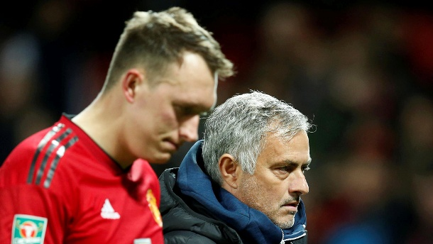Manchester United blamiert sich – Man City souverän. Phil Jones und Manchester-United-Manager Jose Mourinho: Phil Jones scheiterte im Elfmeterschießen gegen Derby County. (Quelle: Reuters)
