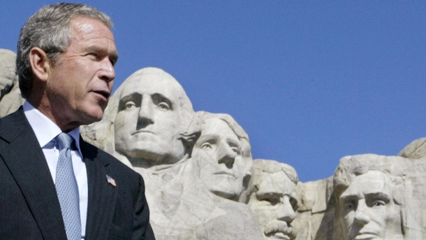 George W. Bush vor Mount Rushmore: Der 43. weiße Präsident in Folge, vor steinernen Abbildern der weißen US-Präsidenten George Washington, Thomas Jefferson, Teddy Roosevelt und Abraham Lincoln. (Quelle: Reuters/Larry Downing LSD/jp)