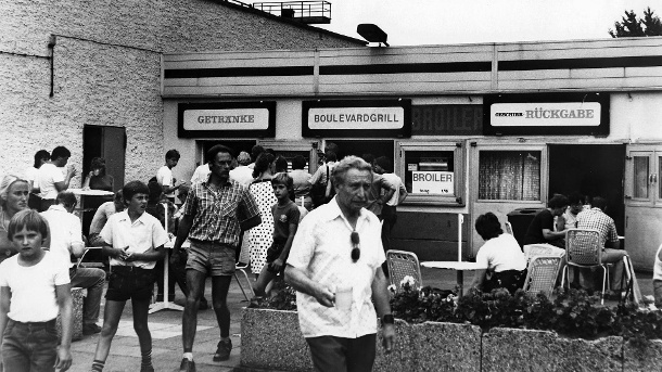 "Imbissstube am Berliner Alexanderplatz am 3. September 1983: Am ""Boulevardgrill"" kosteten 100 Gramm Broiler 1,16 DDR-Mark. (Quelle: imago images/Jürgen Ritter)"