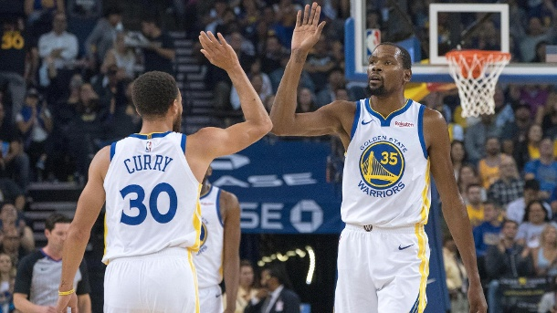 Starkes Duo bei den Warriors: Curry (li.) und Durant. (Quelle: Reuters/Kyle Terada)