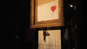 Das geschredderte Banksy-Werk 'Girl with a Balloon' trägt nach der Aktion den Namen 'Love in the Bin'