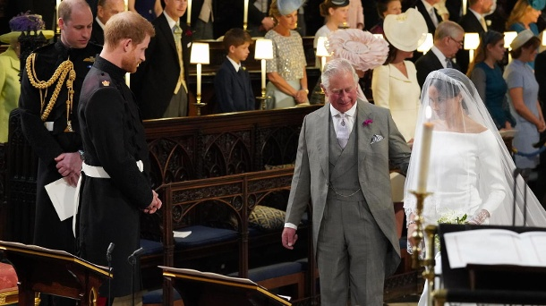 Wie Prinz Charles auf Harrys Frage nach Hilfe für Meghan reagierte. 19. Mai 2018: Bräutigamvater Prinz Charles führte Braut Meghan zu Prinz Harry an den Altar in der St.-George's-Kapelle auf Schloss Windsor. (Quelle: Jonathan Brady - WPA Pool/Getty Images)