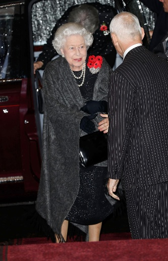 Gut gelaunt und funkelnd: Hier trifft Queen Elizabeth II. in der Royal Albert Hall ein. (Quelle: Chris Jackson/Getty Images)