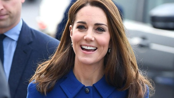 Herzogin Kate: Alte Robe, neue Details. Strahlende Herzogin Kate: Bei einem Termin in der Grafschaft South Yorkshire zeigte sich die Frau von Prinz William in einem royalblauen Mantelkleid. (Quelle: Doug Peters/imago)