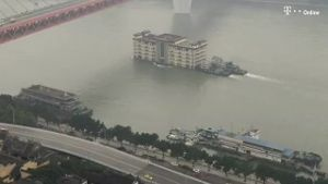Gigantisches Hochhaus schwimmt im Fluss in China (Screenshot: Bitprojects)