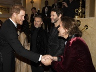 Take That: Prinz Harry schüttelte Mark Owen die Hand, seine Bandkollegen grinsen zufrieden. (Quelle: i-images)