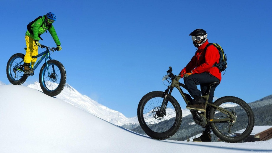 . Mountainbiker im Winter (Quelle: imago images/xblickwinkel P.xRoyerx)