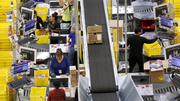 "Amazon meldet Allzeit-Rekordumsatz am Cyber Monday: 7,9 Milliarden US-Dollar. Arbeiter im ""Amazon Fulfillment Center"" in Tracy, Kalifornien: Allzeit-Rekord-Tag für den Konzern (Quelle: Reuters/Fred Greaves)"