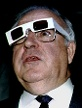 German Chancellor Helmut Kohl wears 3-D glasses to watch a three-dimensional computer performance wh.. (Quelle: Reuters/Reinhard Krause)