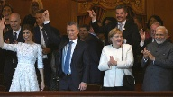 Argentiniens First Lady Juliana Awada (l-r), Argentiniens Präsident Mauricio Macri, Bundeskanzlerin Angela Merkel und Indiens Premierministerin Narendra Modi applaudieren im im Colon Theater in Buenos Aires. (Quelle: dpa/Uncredited)