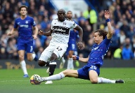 Aboubakar Kamara of Fulham is challenged by David Luiz of Chelsea during the Premier League match at (Quelle: imago/Sportimage)
