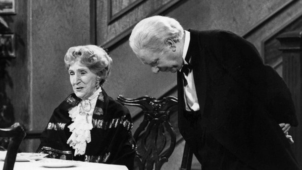 "Evergreen: Kein Silvester ohne ""Dinner for One"". Freddie Frinton als Diener James und May Warden als Miss Sophie im TV-Sketch ""Dinner for One oder der 90."