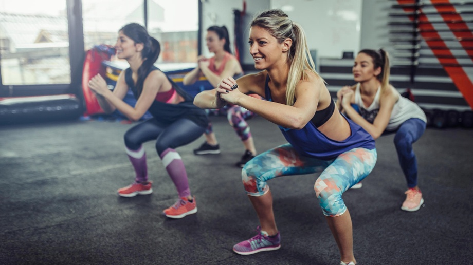 Online-Fitnessstudios: Zuhause abnehmen – klappt das?. Vier Frauen machen Kniebeugen: Online-Fitnessstudios locken mit attraktiven Preisen.  (Quelle: Thinkstock by Getty-Images/Getty)