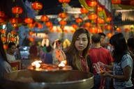 Chinesisches Neujahrsfest Feb 7 2016 Bangkok Bangkok Thailand People lights incense in a Chi (Quelle: imago/ZUMA Press)