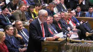 Labour-Chef Jeremy Corbyn spricht im britischen Parlament: Die Gegner von Premierministerin Theresa May geben sich kompromisslos. (Quelle: AP/dpa/House of Commons/PA)