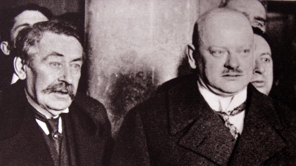 Photograph of Aristide Briand and Gustav Stresemann conferencing Dated 1920 WHA PUBLICATIONxINxGERx (Quelle: imago images/United Archives International)