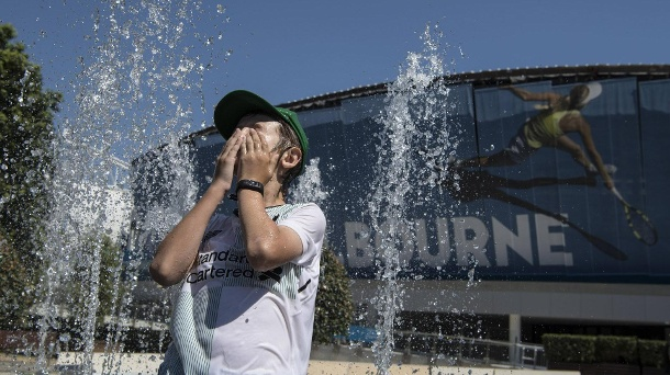 190124 MELBOURNE Jan 24 2019 A spectator plays at a fountain during the 2019 Australian O (Quelle: Reuters)