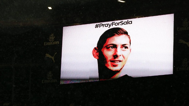TV screens around the ground say Pray for Sala in memory of Emiliano Sala of Cardiff City during th (Quelle: Reuters)