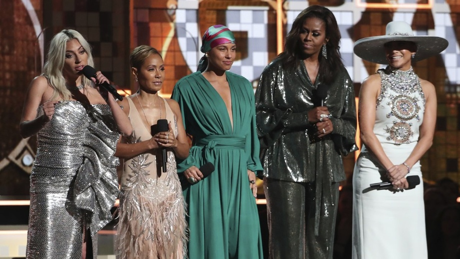 Lady Gaga (l-r), Jada Pinkett Smith, Alicia Keys, Michelle Obama und Jennifer Lopez bei der Grammy-Verleihung. (Quelle: dpa/Matt Sayles)