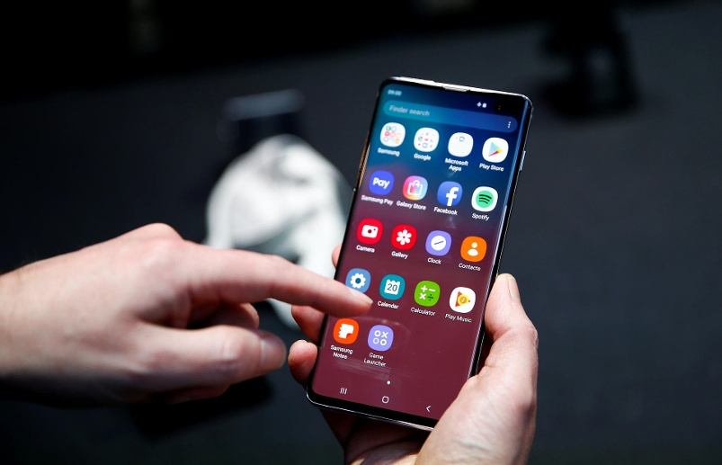 A journalist uses the new Samsung Galaxy S10 smartphone at a press event in London (Quelle: Reuters/Henry Nicholls)