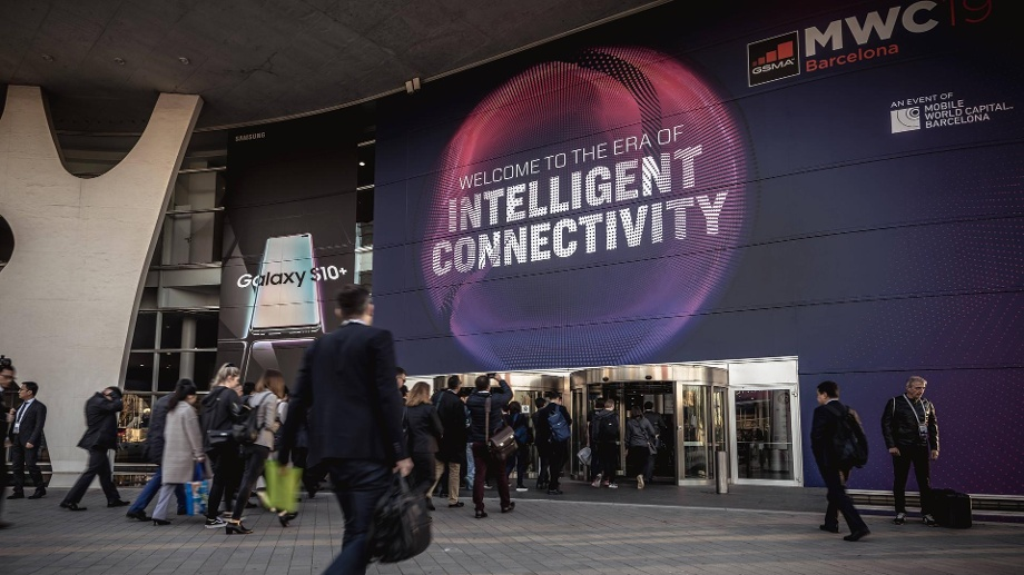 "Mobile World Congress: Drei tolle neue Gadgets. Besucher betreten das Gebäude des Mobile World Congresses in Barcelona: Firmen wie ""apption Labs"" stellen neue Gadgets auf dem Mobile World Congress vor. (Quelle: imago images/ZUMA Press)"