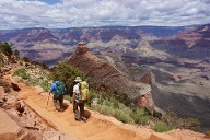 Blick über Canyon: Wanderer unterwegs auf dem South Kaibab Trail im Grand Canyon.  (Quelle: dpa/Sirena Dufault/Arizona Office of Tourism)