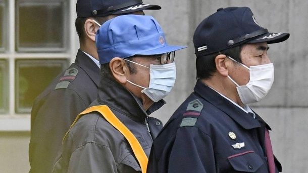 Carlos Ghosn s release on bail Former Nissan Motor Co Chairman Carlos Ghosn wearing blue hat is (Quelle: imago / Kyodo News)