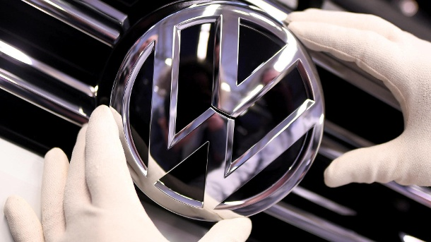 FILE PHOTO: A Volkswagen badge on a production line at the VW plant in Wolfsburg, Germany (Quelle: Reuters/Reuters / Fabian Bimmer)