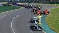 Australien: Leclerc (rechts) attackiert Vettel am Start (Quelle: Reuters/Stringer)