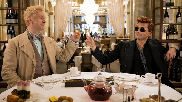 "Good omens: Bei Amazon startet Ende Mai der Kampf gegen die Apokalypse. Michael Sheen (l) als Engel Erziraphael und David Tennant als Dämon Crowley in einer Szene der Comedy-Serie ""Good Omens"".  (Quelle: dpa/Chris Raphael/Amazon Prime Video)"