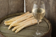 Spargel und Weißwein (Quelle: Getty Images/kontrast-fotodesign)