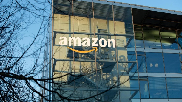 Amazon will eigene Satelliten ins All schießen - für Highspeed-Internet. Amazon: Der Internetriese plant ein Großprojekt mit Satelliten.  (Quelle: imago images/Alexander Pohl)