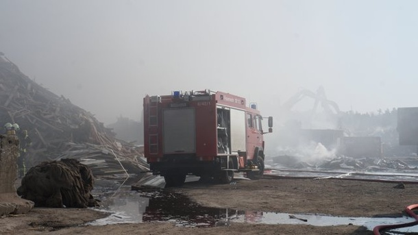 Brand in Recyclingfirma: Warnung an Anwohner. Brand in Recyclingfirma in Oranienburg