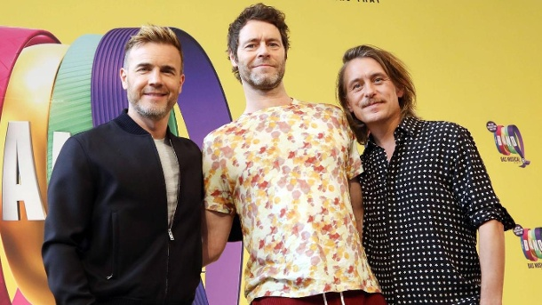 Britische Band Take That bekommt ganz andere Geschenke als früher. Take That: Gary Barlow, Howard Donald und Mark Owen (v.l.). (Quelle: imago images/Sabine Gudath)