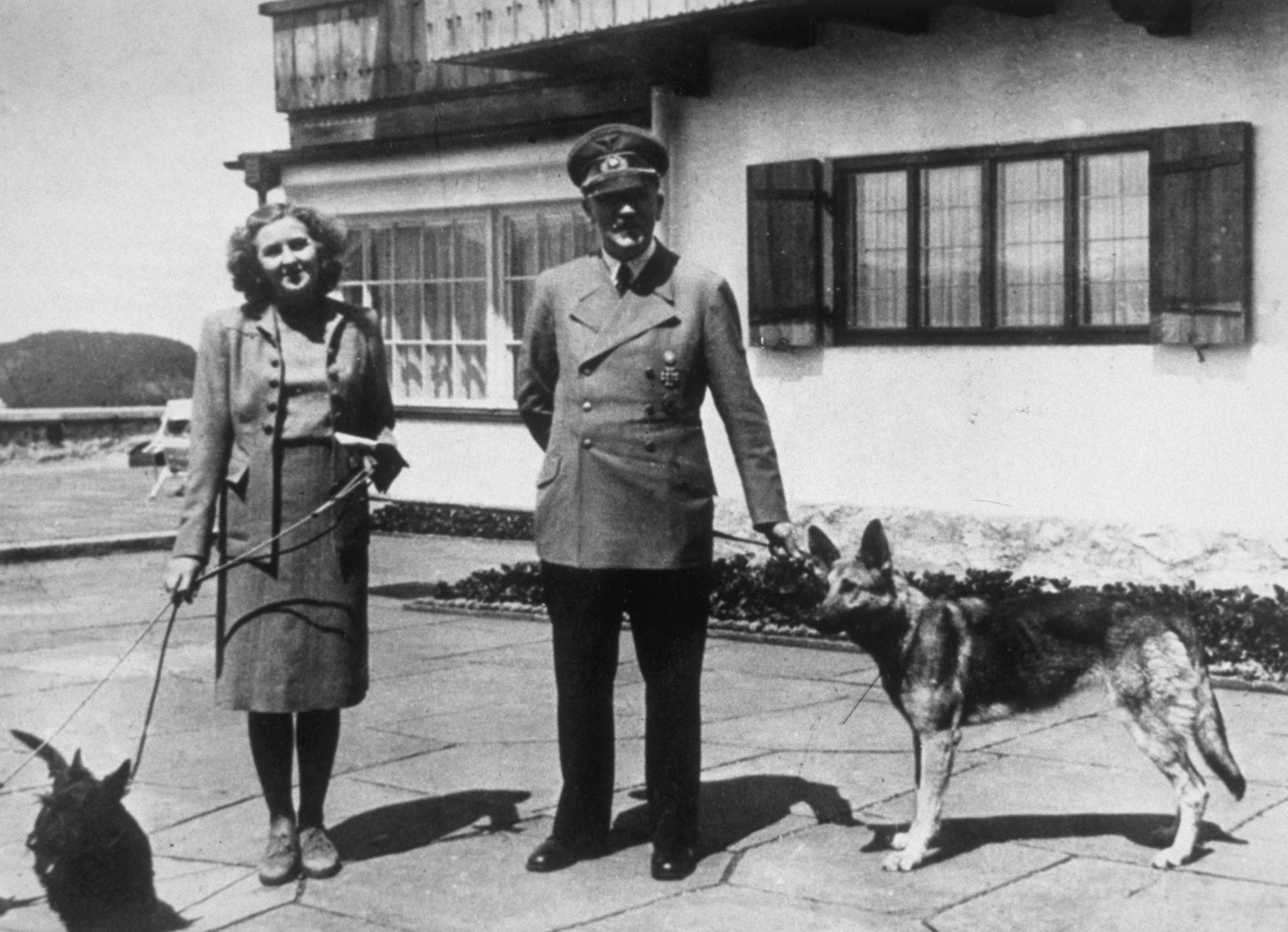 Eva Braun und Adolf Hitler: Mit ihren Hunden Blondi und Burli posieren sie 1940 vor dem Domizil im Berchtesgadener Land.  (Quelle: Thinkstock by Getty-Images/Keystone)