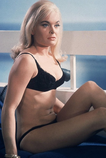"Shirley Eaton als Jill Masterson in ""Goldfinger"" (1964) (Quelle: imago images / The Legacy Collection)"
