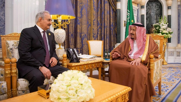 Arabische Partner: Haftar (l.) war Ende März bei König Salman in Riad zu Besuch. Kurz darauf startete er seine Offensive. (Quelle: Reuters/Bandar Algaloud/Courtesy of Saudi Royal Court)