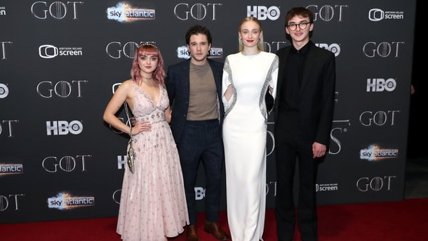 "Fantasy-Saga: ""Game of Thrones""-Fans starten in finale Staffel. Maisie Williams (l-r), Kit Harington, Sophie Turner und Isaac Hempstead Wright bei der Premiere der achten Staffel von ""Game of Thrones"" in Belfast."