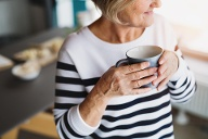 Ältere Frau trinkt Kaffee (Quelle: Getty Images/Halfpoint)