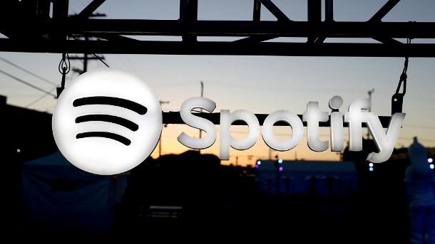 Spotify Canvas: So stoppen Sie die nervigen Mini-Videos. Das Spotify-Logo: So deaktivieren Sie die Canvas-Videos. (Quelle: Getty Images/Joe Scarnici)