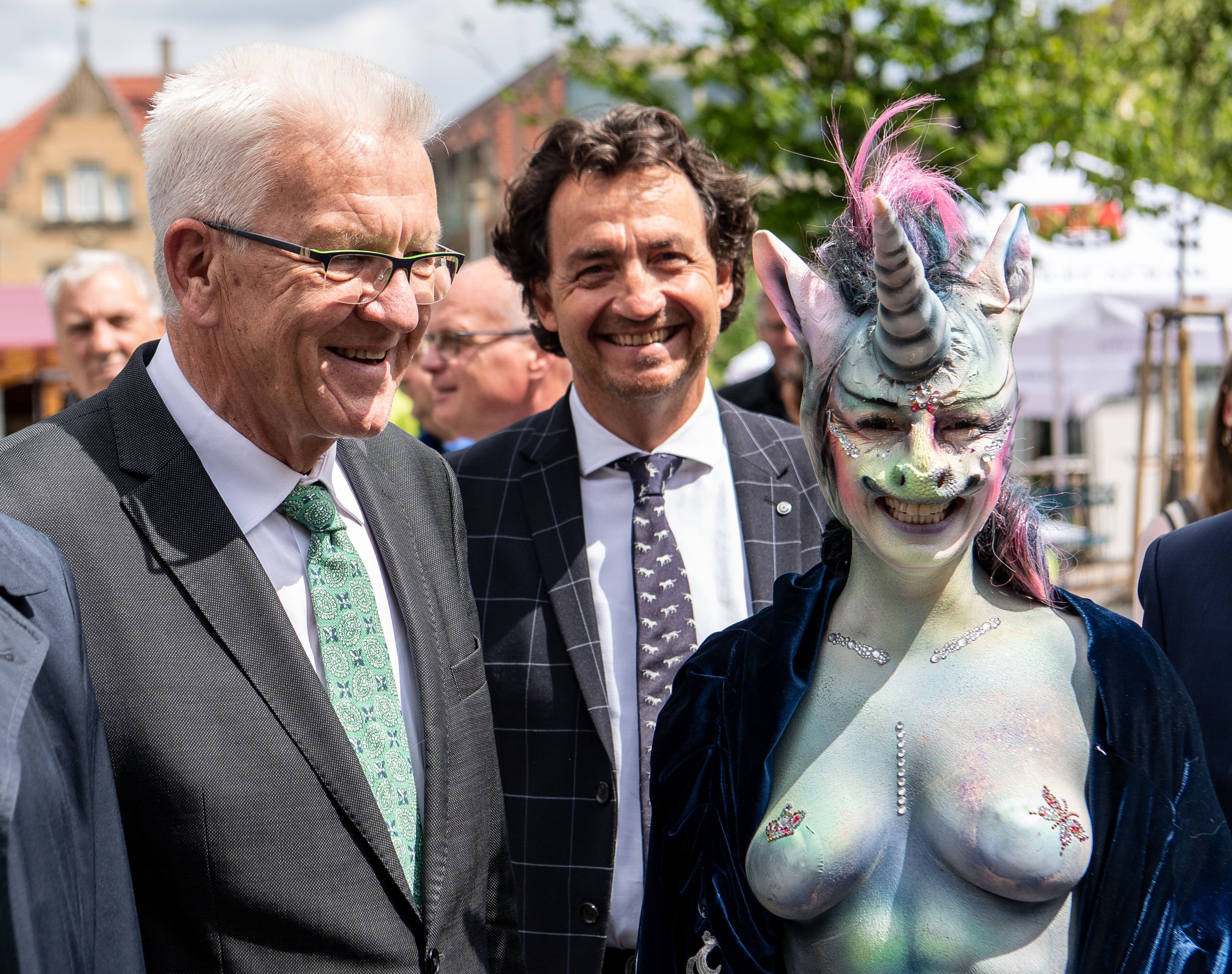 Winfried Kretschmann and Counselor Cynthia Schneider: The Baden-Württemberg Prime Minister can not understand the excitement of the unicorn costume. (Source: dpa)